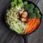 Koreanisches Bibimbap mit Tofu (vegan)