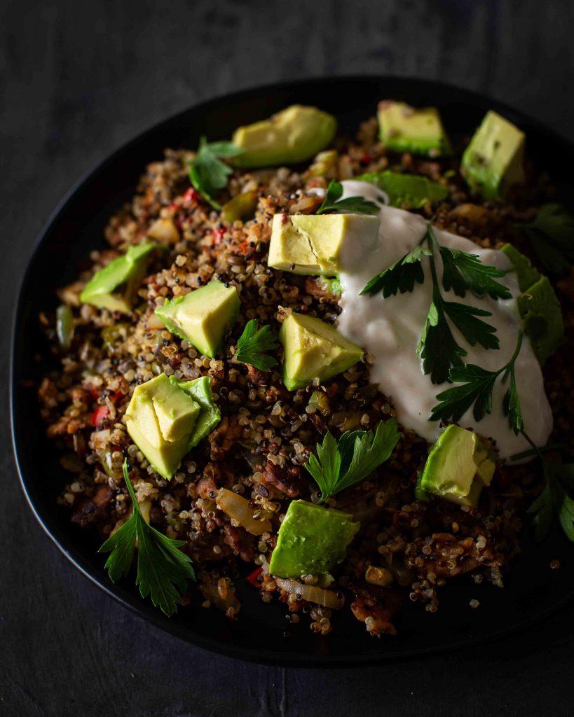 Leckere Quinoapfanne mit Avocado